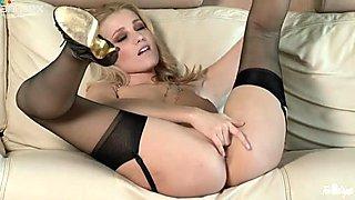 Flexible blonde Carlia Banks sucks her tootsies