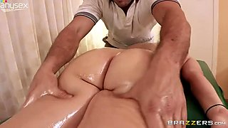 Kinky masseur gives relaxing massage to oiled up pussy