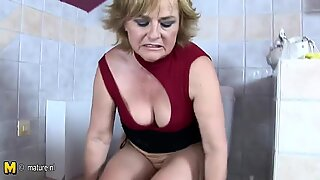 Mature lady playing with herself in toilet