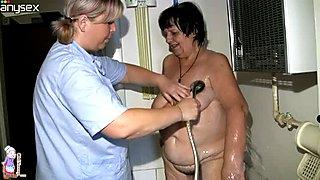 Ungezogen lesbisch hure bekommt ihre fettige Muschi ordentlich gewaschen